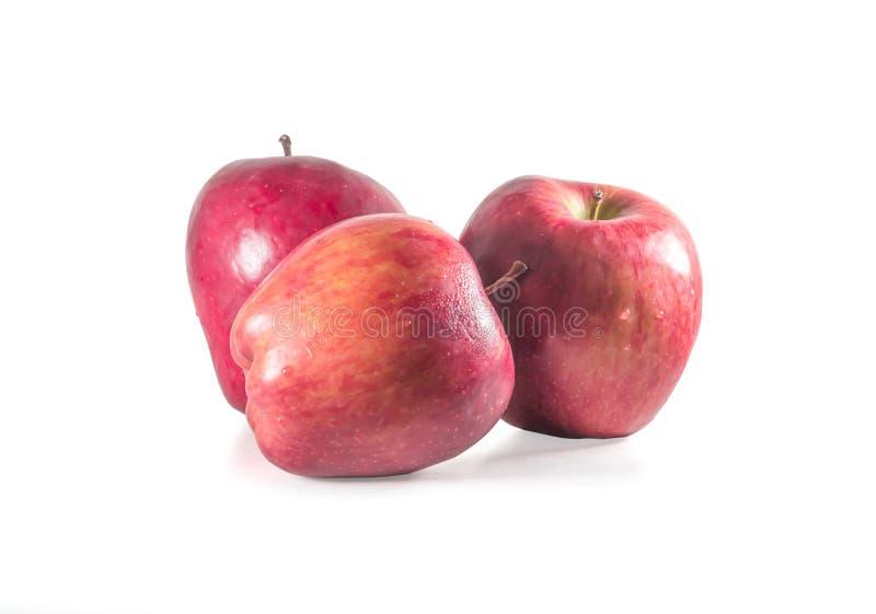 Um conjunto de três maçãs vermelhas frescas com gotas isoladas em fundo branco imagem de stock