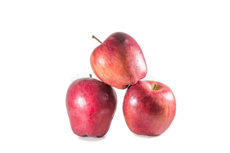 Um conjunto de três maçãs vermelhas frescas com gotas isoladas em fundo branco fotografia de stock