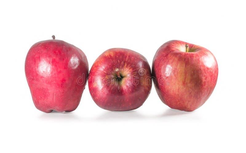 Um conjunto de três maçãs vermelhas frescas com gotas isoladas em fundo branco imagens de stock royalty free