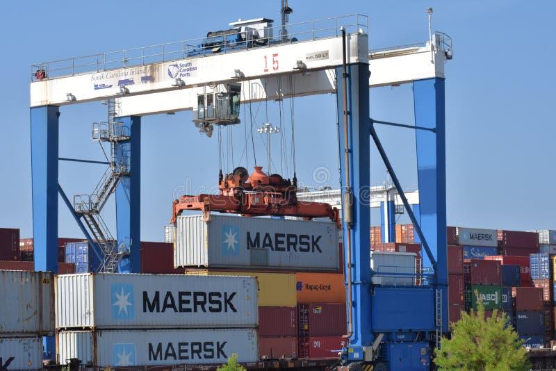 Um contentor de Maersk é descarregado fotografia de stock royalty free