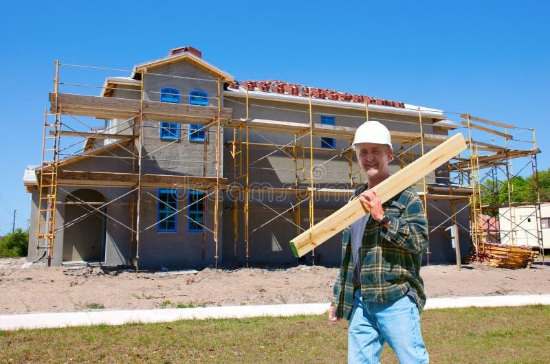 Construção da casa com um contratante no trabalho foto de stock