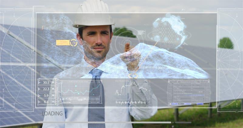 Um coordenador-perito futurista nos painéis fotovoltaicos solares, usos um holograma com controlo a distância, executa ações comp imagens de stock royalty free