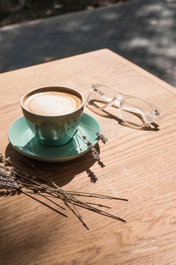 Um copo com uma bebida quente opinião superior de copo de café na tabela no café imagem de stock royalty free