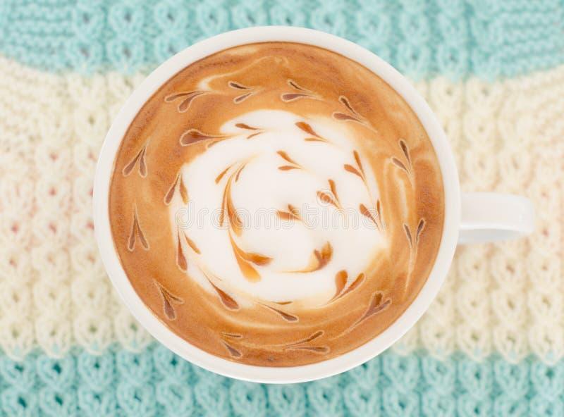 Um copo da arte do latte fotos de stock royalty free