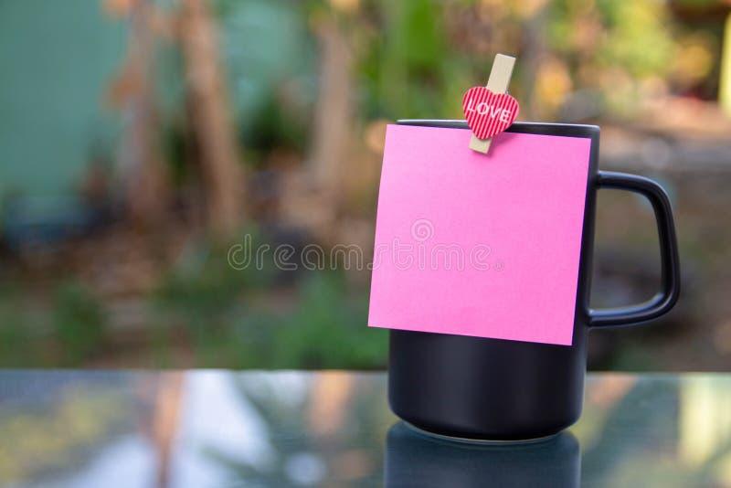 Um copo de café preto foto de stock