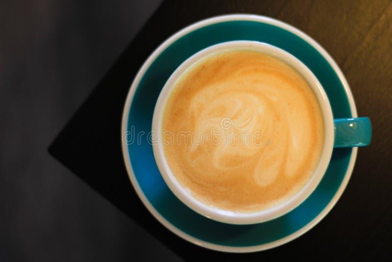 Um copo do café do Cappuccino imagem de stock royalty free