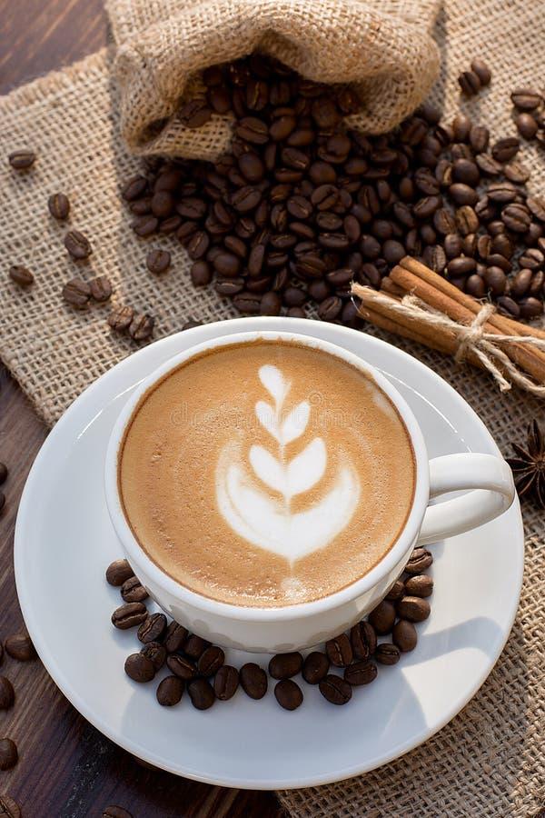 Um copo do café do latte e dos feijões de café fotos de stock