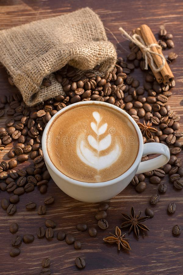 Um copo do café do latte e dos feijões de café imagens de stock