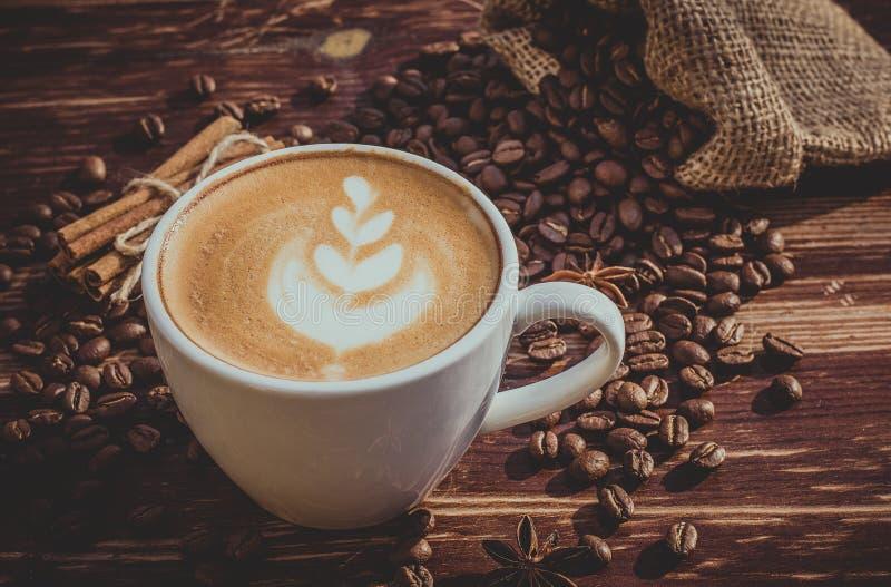 Um copo do café do latte e dos feijões de café toning imagem de stock royalty free