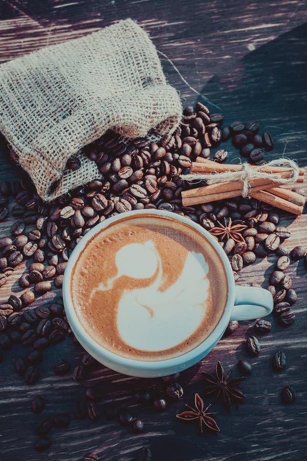 Um copo do café do latte e dos feijões de café toning imagens de stock royalty free