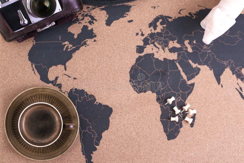 Um copo do café perfumado no mapa, em uma câmera velha e em uma rota p foto de stock royalty free
