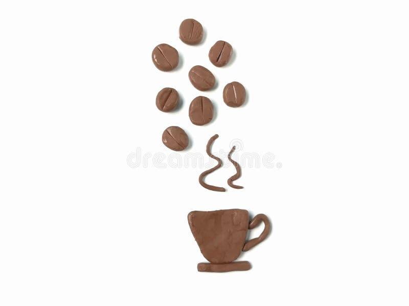 Um copo do café quente, feijões de café derramou sobre, massa da argila do plasticine da bebida da cafeína foto de stock royalty free