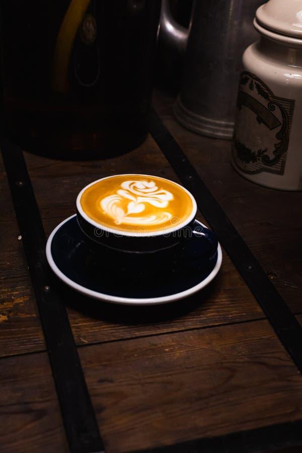 Um copo do caf? quente da arte do latte fotografia de stock royalty free