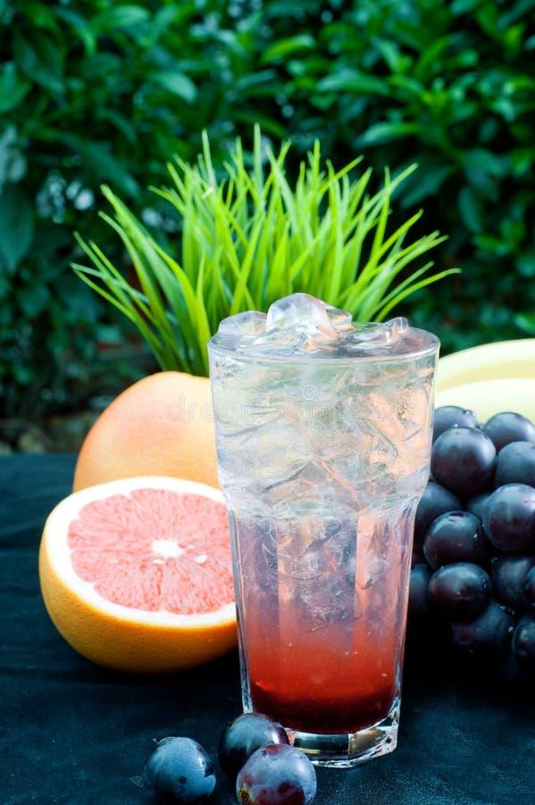 Um copo do chá congelado da fruta, várias frutas imagens de stock royalty free