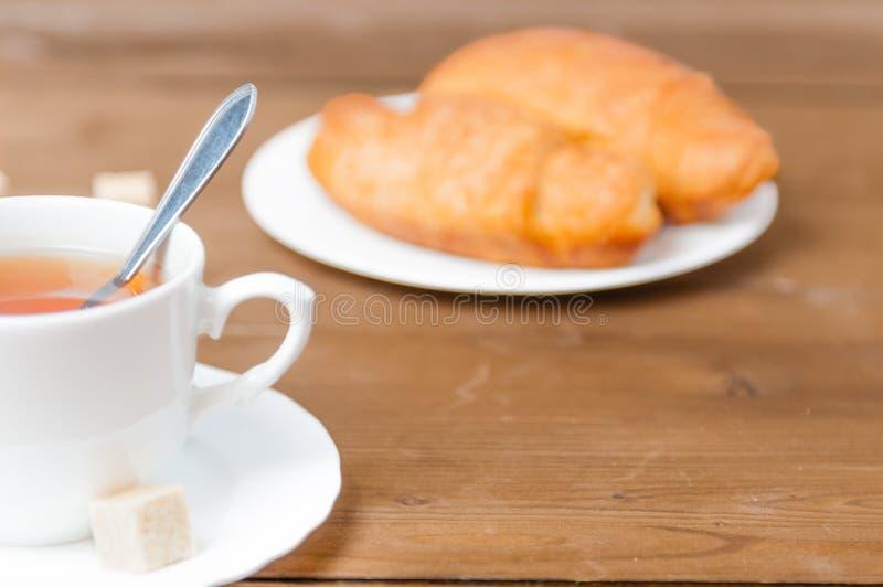 Um copo do chá e do croissant Dia festivo do ` s do Valentim do café da manhã foto de stock