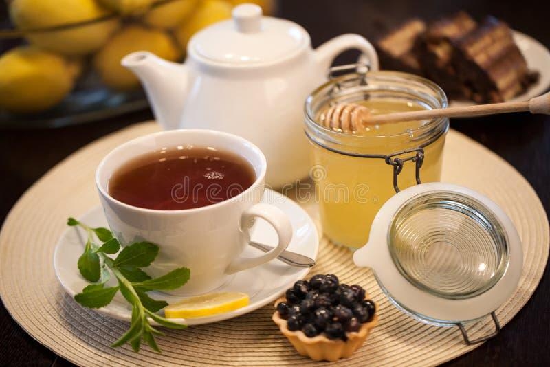 Um copo do chá e dos acessórios fotos de stock royalty free