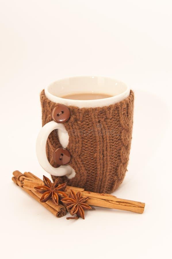 Um copo do chá leitoso no branco foto de stock