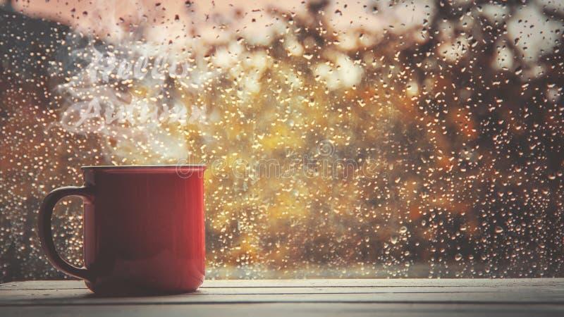 Um copo do chá Olá!, outono Foco seletivo foto de stock