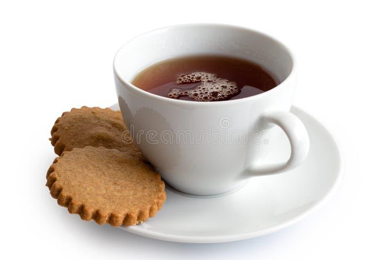 Um copo do chá preto com os dois biscoitos do pão-de-espécie isolados no whi imagens de stock royalty free