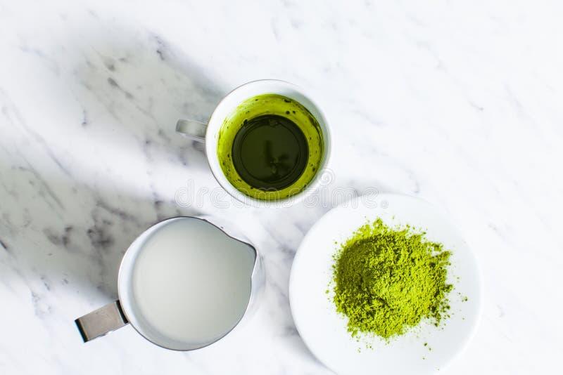 Um copo do chá verde de Matcha com jarro de leite imagens de stock