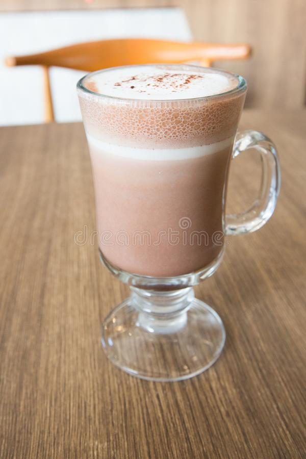 Um copo do chocolate na tabela de madeira fotos de stock royalty free