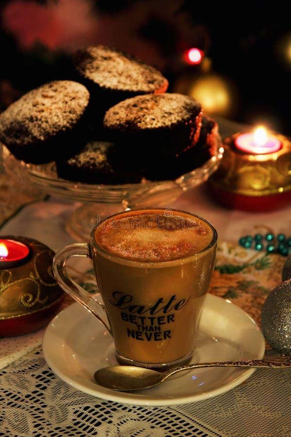 Um copo do latte flavored imagens de stock royalty free