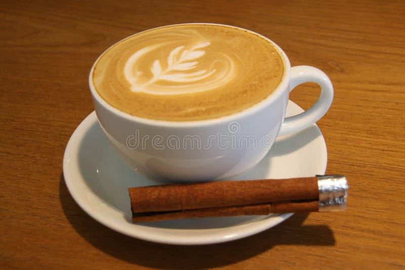 Um copo do latte quente do café da arte fotografia de stock