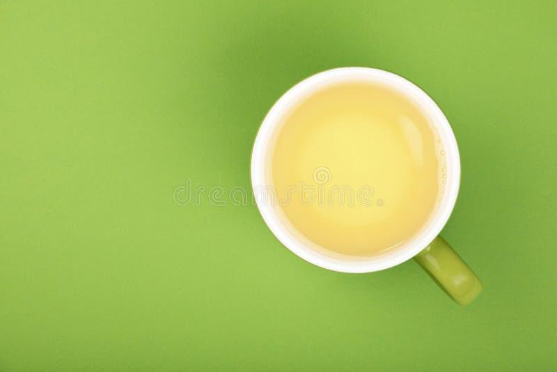 Um copo grande completo do chá verde do oolong com pires imagens de stock royalty free