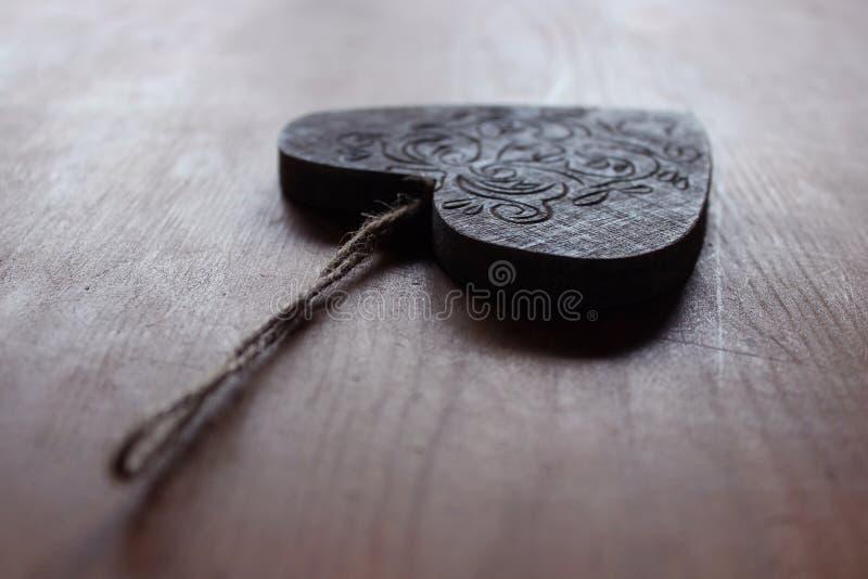 Um coração de madeira gravado imagem de stock