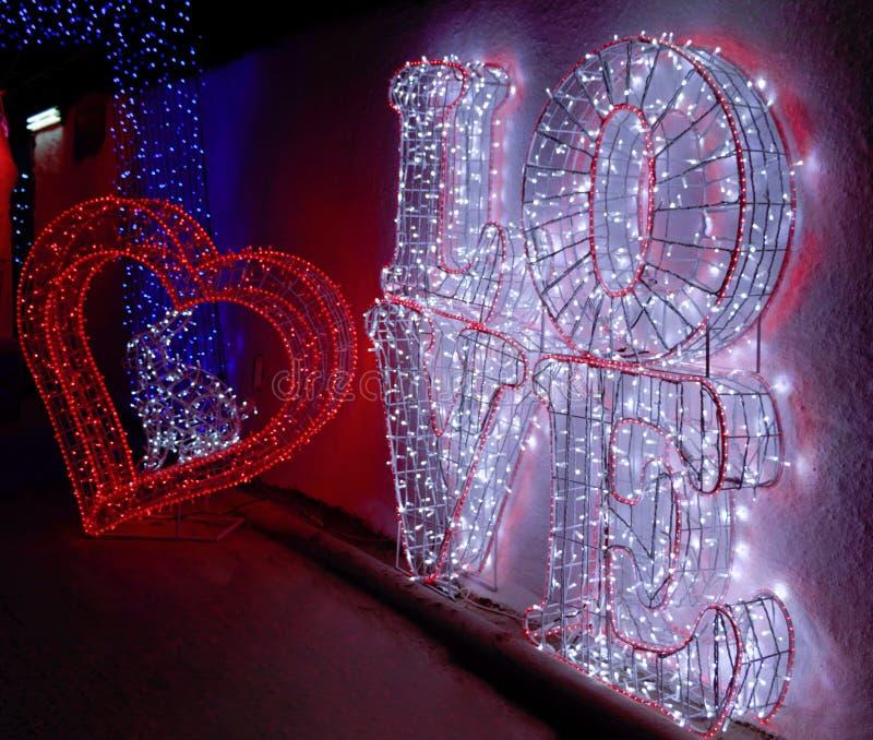 Um coração e um texto grande do amor fotografia de stock