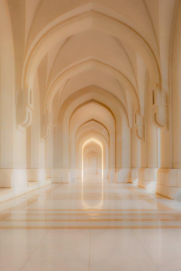 Um corredor de mármore impressionante com refletir arqueia em Muscat - 1 imagem de stock