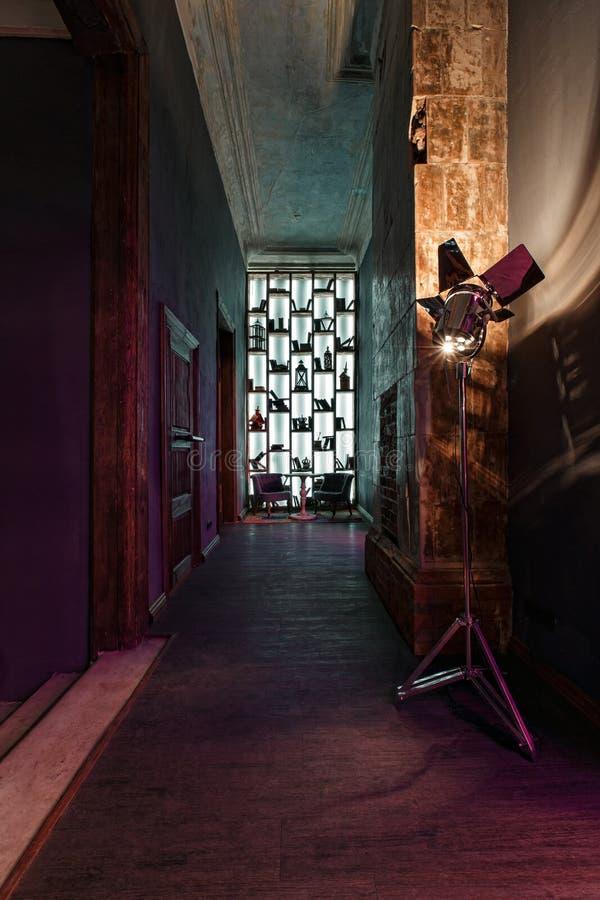 Um corredor longo, portas altas do vintage na mansão converteu em um clube noturno Estilo do sótão imagem de stock royalty free