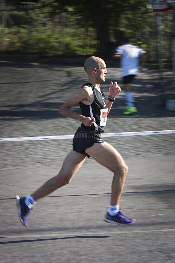 Um corredor no perfil Borrão de movimento para sublinhar a velocidade foto de stock royalty free