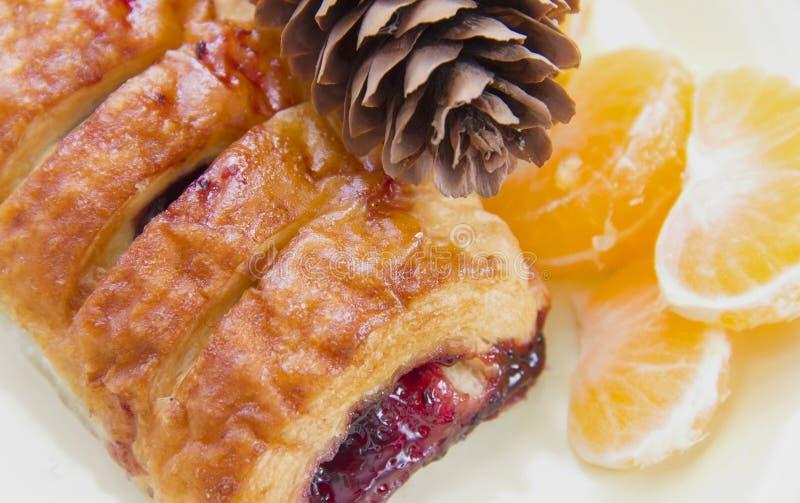 um croissant com doce, bolo mergulhado em uma placa com orangotango do mandarino fotografia de stock royalty free