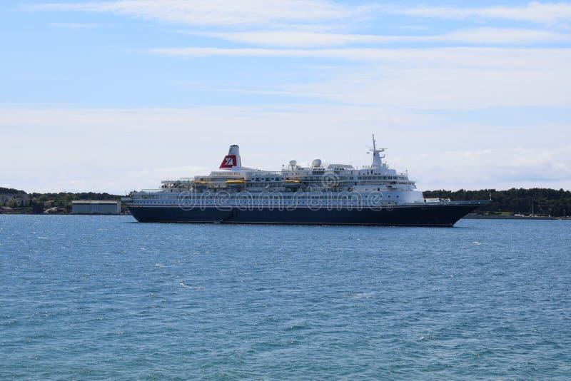Um cruzador entrado na baía dos Pula imagens de stock royalty free