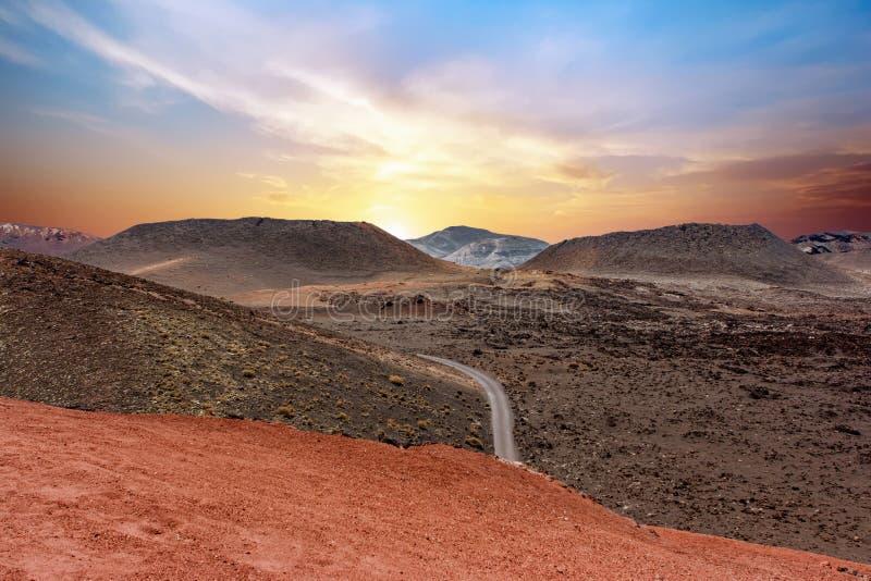 Um cruzamento de estrada o parque nacional de Timanfaya no por do sol Lanzarote, Ilhas Canárias, Spain fotos de stock royalty free