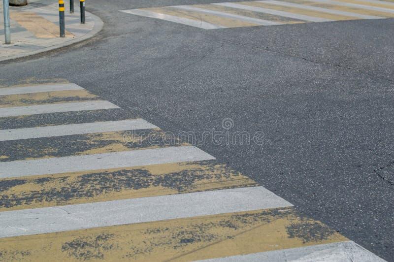 Um cruzamento pedestre vazio com foto de stock