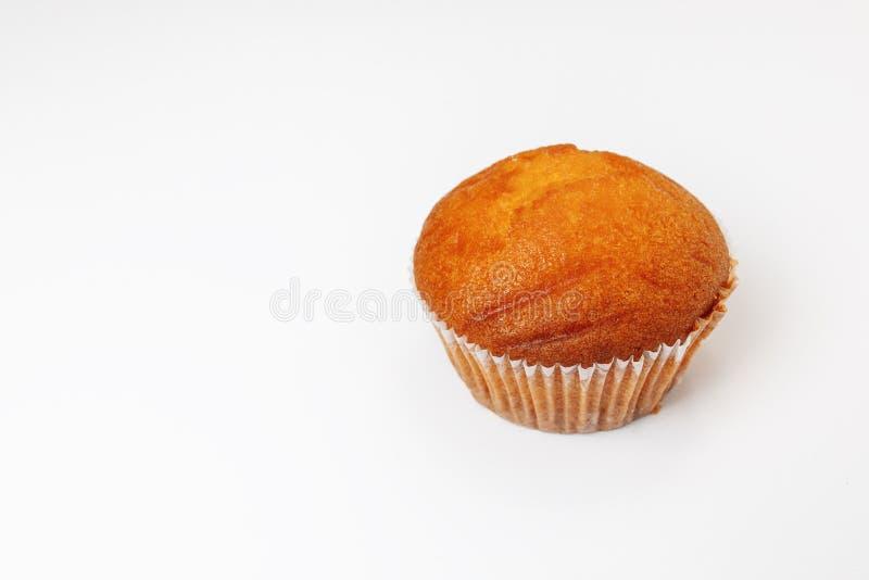 Um cupcake isolado com aspersores em fundo branco Muffin isolado sobre fundo branco imagens de stock