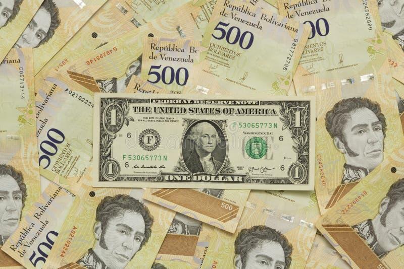 Um dólar equivalente a todos os bolivares abaixo dele devido à desvalorização do bolívar imagem de stock