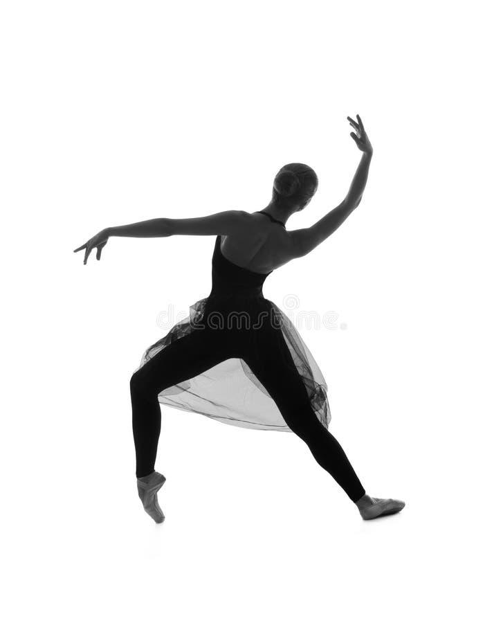 Um dançarino de bailado caucasiano novo em um vestido preto fotos de stock royalty free
