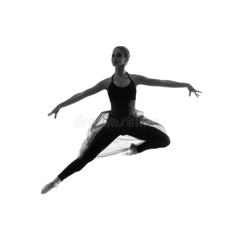 Um dançarino de bailado caucasiano novo em um vestido preto fotografia de stock