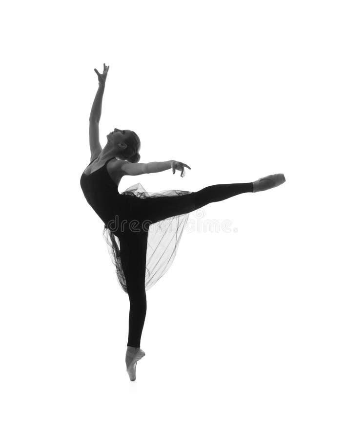 Um dançarino de bailado caucasiano novo em um vestido preto foto de stock royalty free