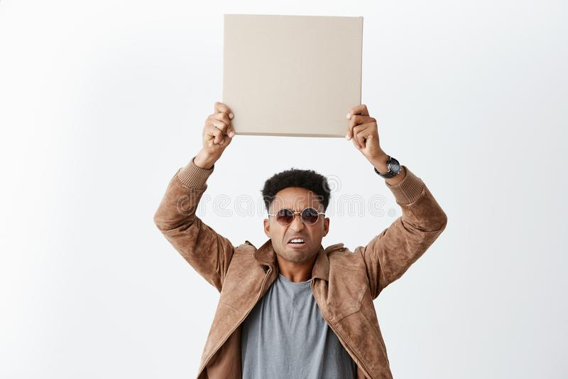 Um de dez Eww Retrato do homem de pele escura atrativo novo com penteado afro na roupa ocasional e nos óculos de sol fotografia de stock