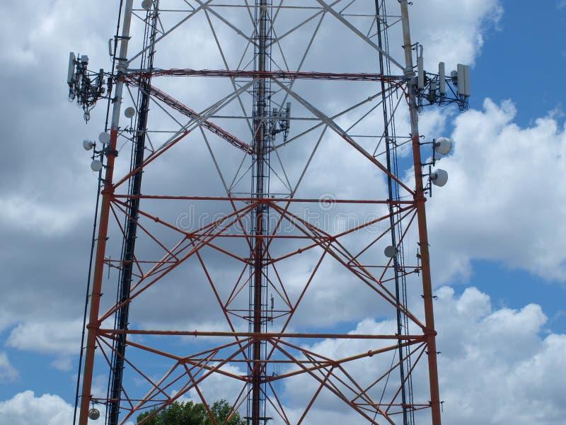 Um de dois E torres home do telefone em Metroplex foto de stock