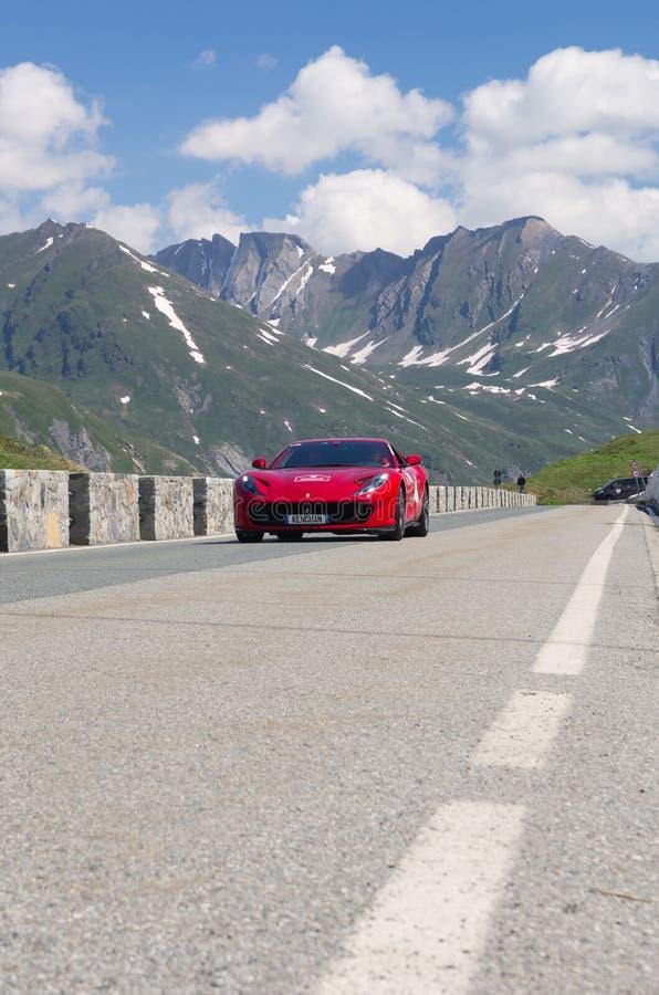 Um de Ferrari vermelho participa no evento 2018 da CAVALGADA ao longo de t foto de stock royalty free