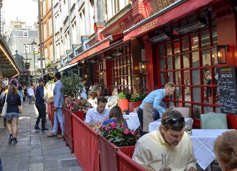 Um de muitos bares em Londres central: os amigos encontram-se para beber a cerveja imagem de stock royalty free