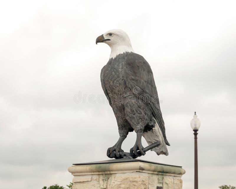 Um de um par de esculturas da ?guia americana na entrada a Memorial Park do veterano, Ennis, Texas fotos de stock