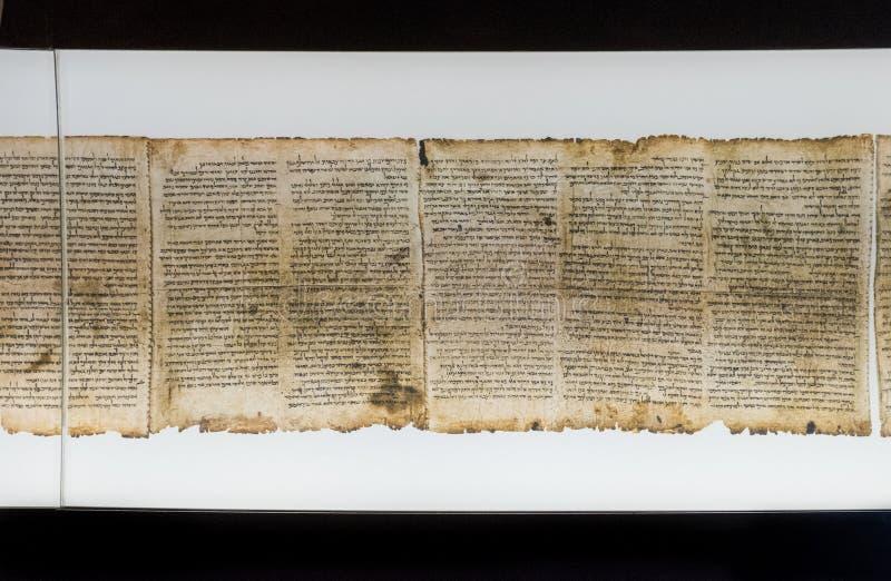 Um de rolos do Mar Morto, indicado no santuário do livro israel foto de stock