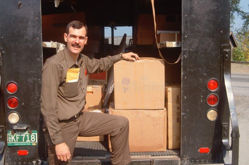 Um deliveryman do UPS imagem de stock royalty free