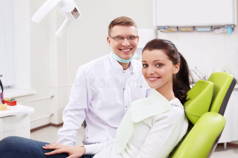 Um dentista e uma menina fotos de stock